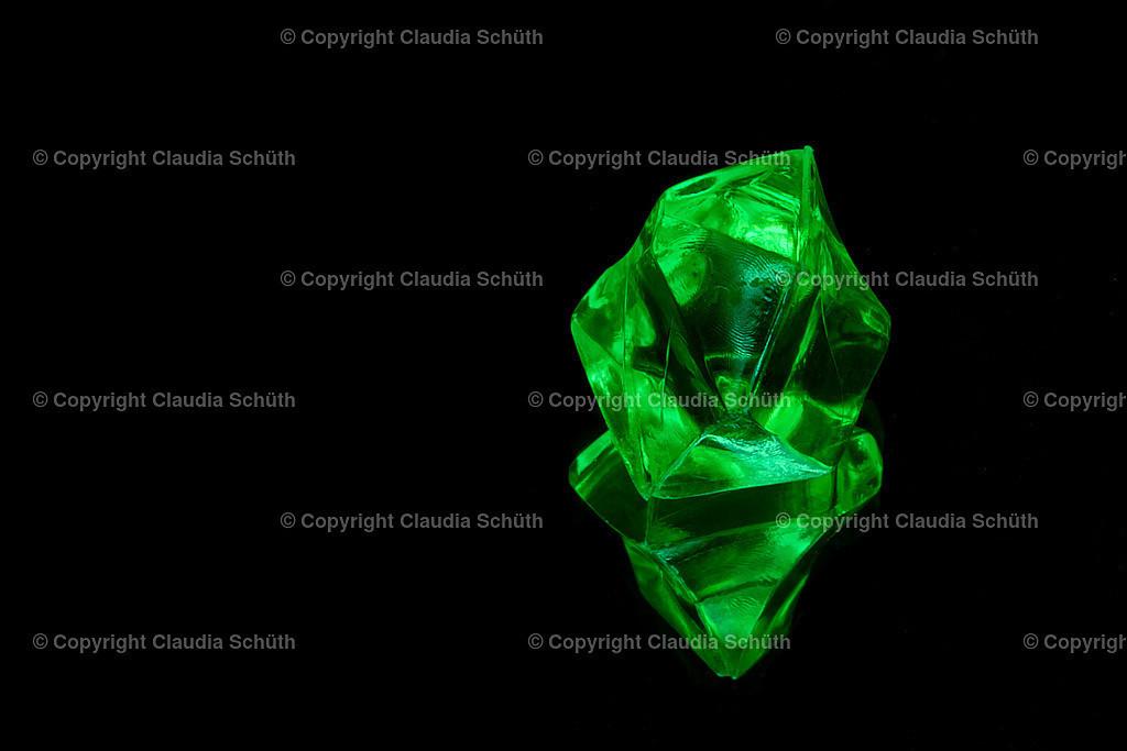 Grüner transparenter Dekostein   Grüner transparenter Dekostein auf Spiegelfläche.
