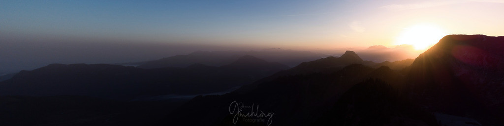 Sonnenaufgang im November | Sonnenaufgang in den Bergen ist immer wieder faszinierend. Das Farbenspiel am Himmel und die Schatten, die ganz langsam zum Vorschein kommen.