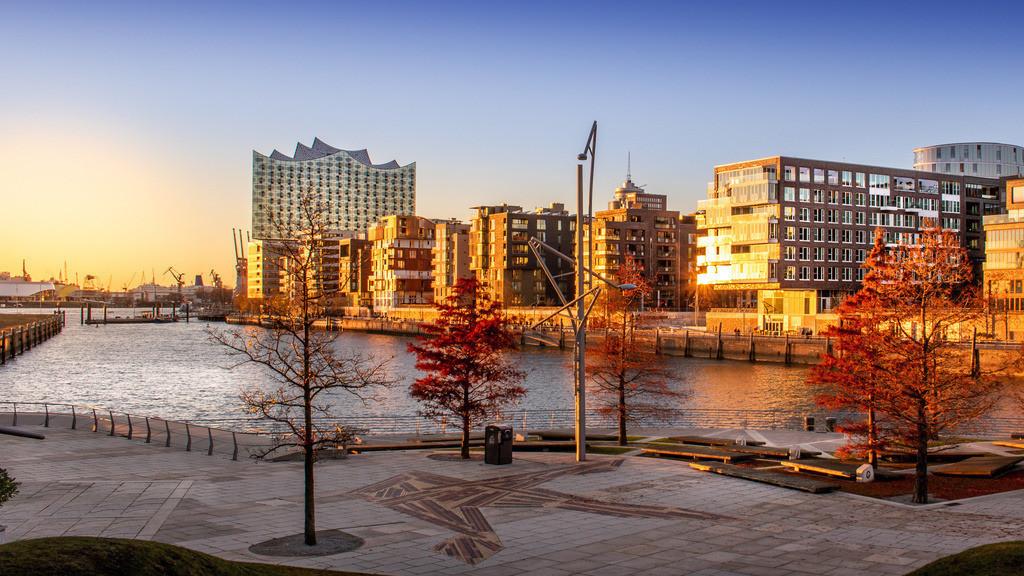 Elbphilharmonie und Hafencity in der Abendsonne | Blick auf die Hafencity und die Elbphilharmonie über den Grasbrookhafen