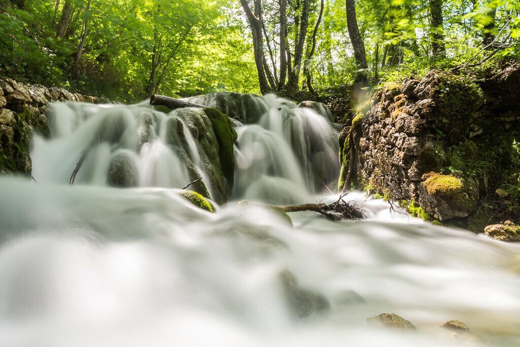 Fließender Bachlauf Plitvicer Seen