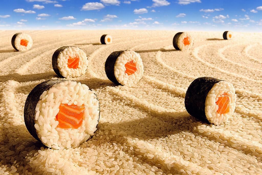 Reisernte | Sushirollen auf einer Reisfläche, wie auf einem Feld
