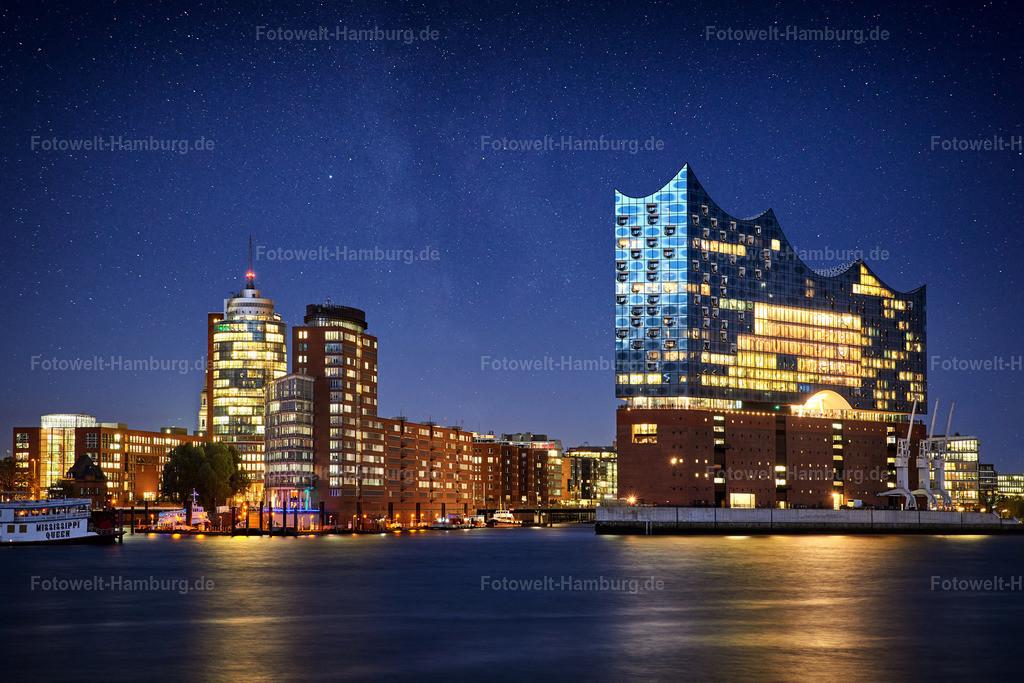 10210206 - Elbphilharmonie und Sternenhimmel | Auf dieser Bildkomposition verbinden wir die Lichter der Elbphilharmonie und der Hafencity mit  einem faszinierenden Sternenhimmel.