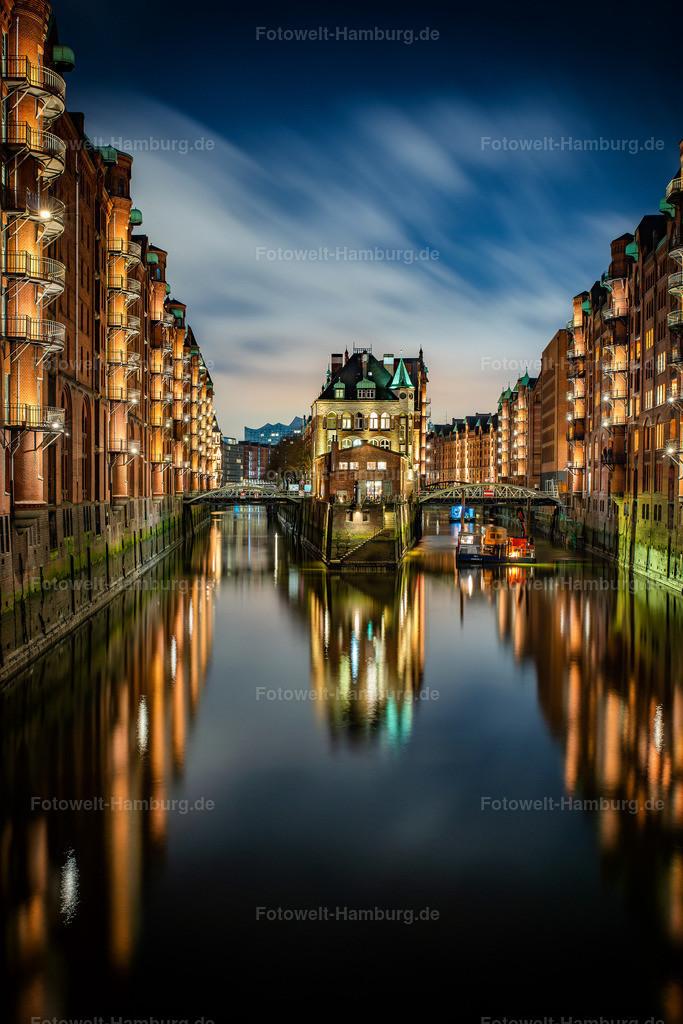10210107 - Blick auf das Wasserschloss | Blick auf das bekannte Wasserschloss in der Speicherstadt bei Nacht.