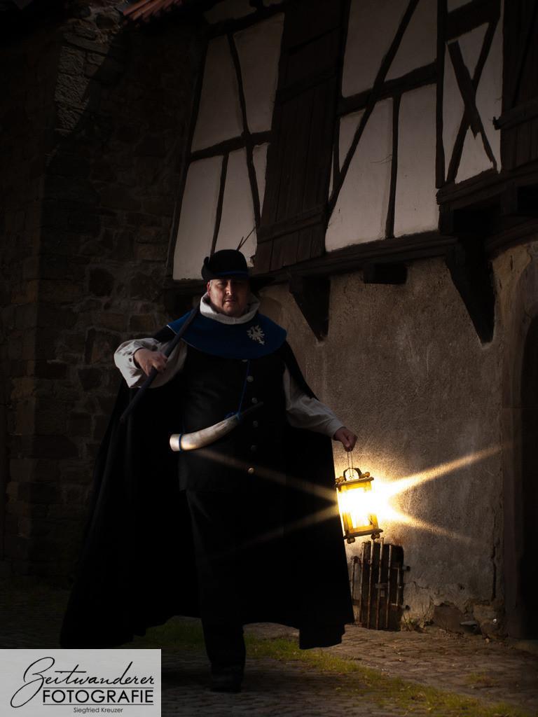 Nachtwächter 2   Nachtwächter unterwegs durch mittelalterliche Gassen.  Medieval Night Watch on duty.