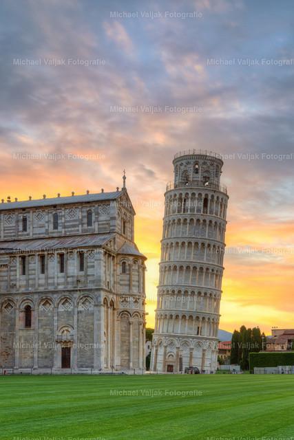 Der Schiefe Turm von Pisa bei Sonnenaufgang | Eine etwas nähere Ansicht und Hochkantversion des Schiefen Turmes von Pisa bei Sonnenaufgang.