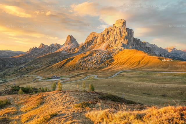 Monte Nuvolau am Passo di Giau in den Dolomiten | Die letzten Sonnenstrahlen des Tages treffen auf den Monte Nuvolau am Passo di Giau in der Provinz Belluno in Italien. Das warme Licht setzt die Landschaft richtig schön in Szene.