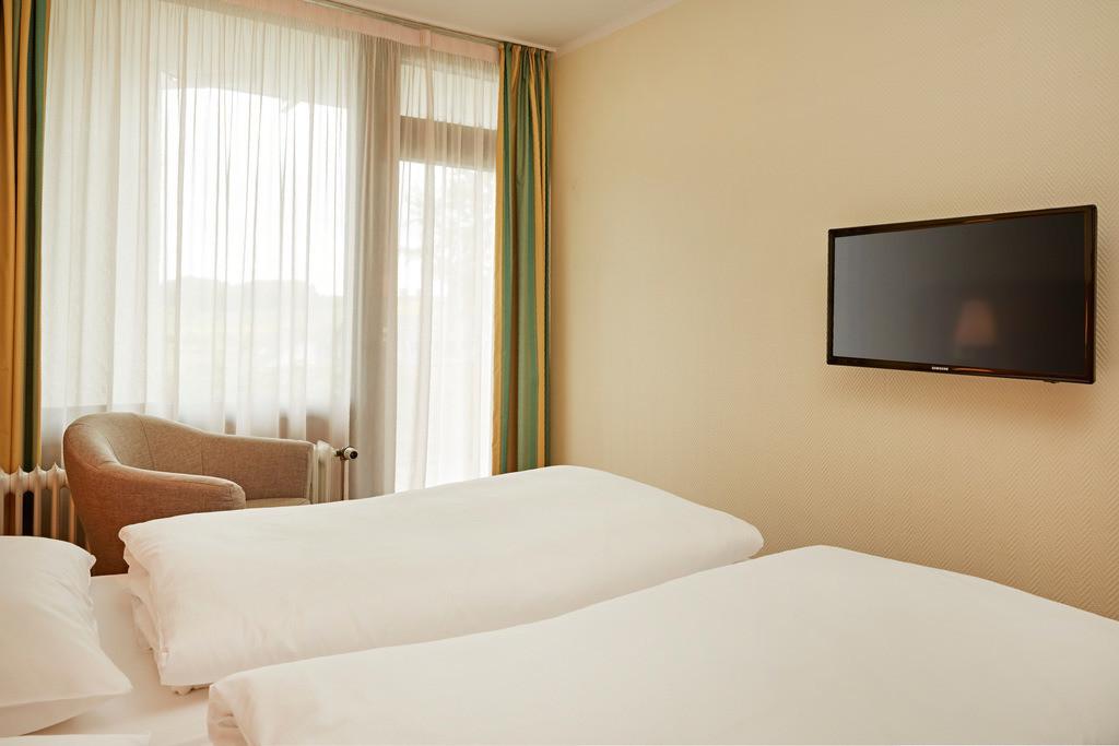 zimmer-familienzimmer-bett-hplus-hotel-willingen