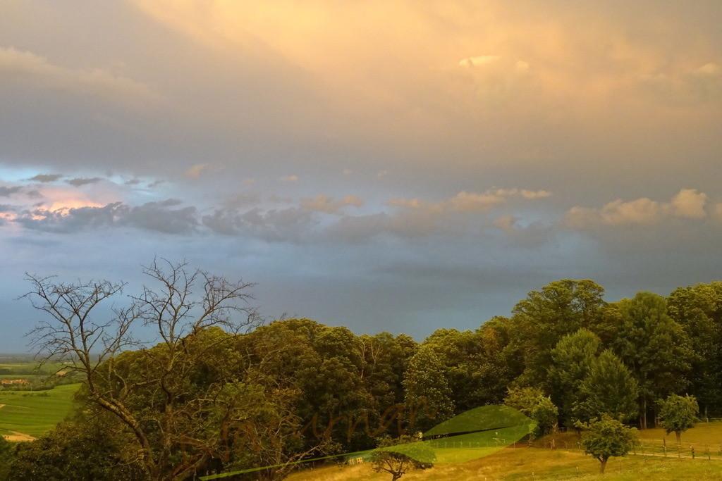 Mystische Landschaft | Blick vom Liebfrauenberg bei Bad Bergzabern im Gewitterlicht. Haben Mystik und Zauber Platz in Deinem Leben? Das Bild erinnert Dich daran.