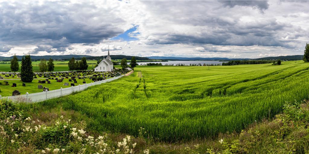 Gjesåsen Kirke | Die Kirche von Gjesåsen in Norwegen. Im Hintergrund ist der See Gjesåssjøen.