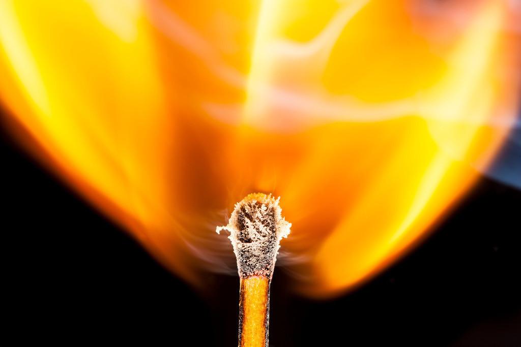 JT-150113-023   Streichholz, gerade entzündet, Flamme am Streichholzkopf,