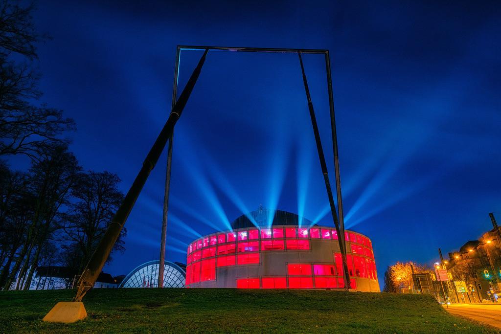 Stadthalle Bielefeld am 26. Dezember 2020 (2) | Lightshow an der Stadthalle Bielefeld früh morgens am 26. Dezember 2020.