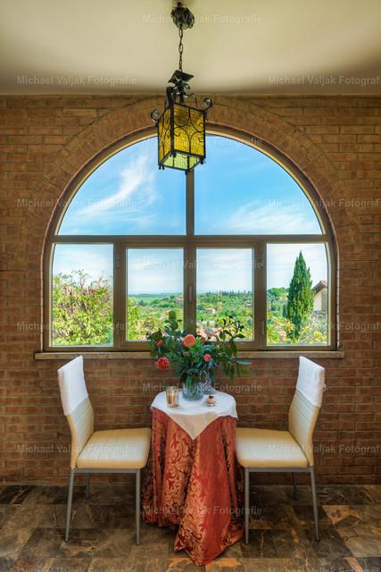 Toskana Romantik | Ein romantischer Platz am Fenster lädt zu einem ausgiebigen Frühstück ein, bevor es rausgeht um das schöne Wetter und die herrliche toskanische Landschaft zu genießen.
