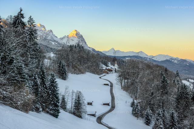 Wamberg im Winter | Blick auf das Kirchdorf Wamberg mit der Alpspitze im Hintergrund, die von den ersten Sonnenstrahlen des Tages angeleuchtet wird. Mit einer Temperatur von -14° Celcius war es ein sehr frischer, herrlicher Wintermorgen.