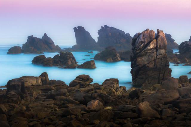 Die Felsen von Pern | Die Insel Ouessant ganz im Westen der Bretagne ist berühmt für ihre heftigen Stürme, denen schon viele Schiffe zum Opfern fielen. Manchmal aber, häufig zum Sonnenaufgang, zeigt sie auch ihre stille Seite, wenn das Meer spiegelglatt ist und sanft um die Felsen spült.