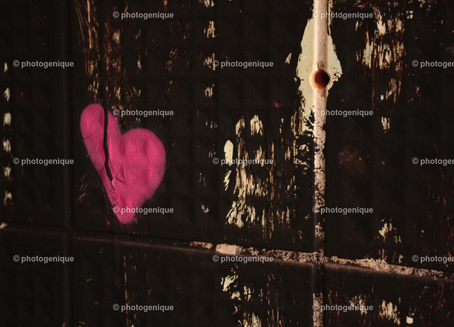 Rosa Herz | rosa Graffiti Herz auf schwarzen Fliesen