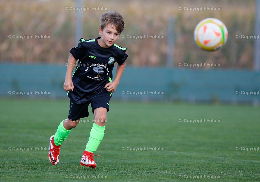 A_LUI27092021_11   SPORT,FUSSBALL, FC WELS_SC HOERSCHING U 9 27.09.2021 IM BILD: SCHWARZ (HOERSCHING) UND ROT (FC WELS )FOTO:FOTOLUI