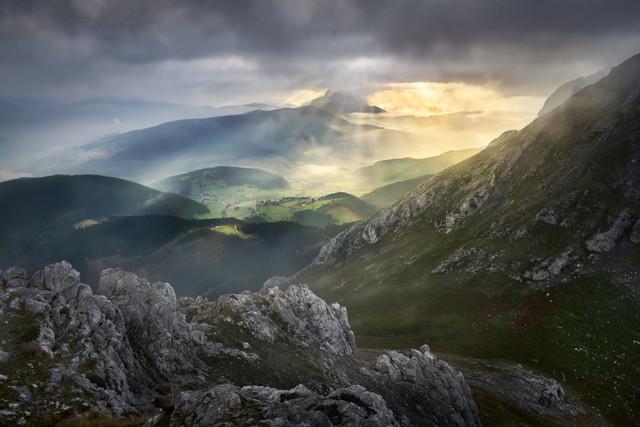 Tal im Morgenlicht | Ich wusste, dass das Baskenland in Nordspanien bergig war. Doch es war nicht der anstrengende Aufstieg zum Gipfel im Urkiola-Gebirge, der mir den Atem nahm. Nein, es war das bezaubernde Licht, als die Sonnenstrahlen durch die Wolken brachen und das Tal hell erleuchteten: pure Fantasy aus Herr der Ringe.