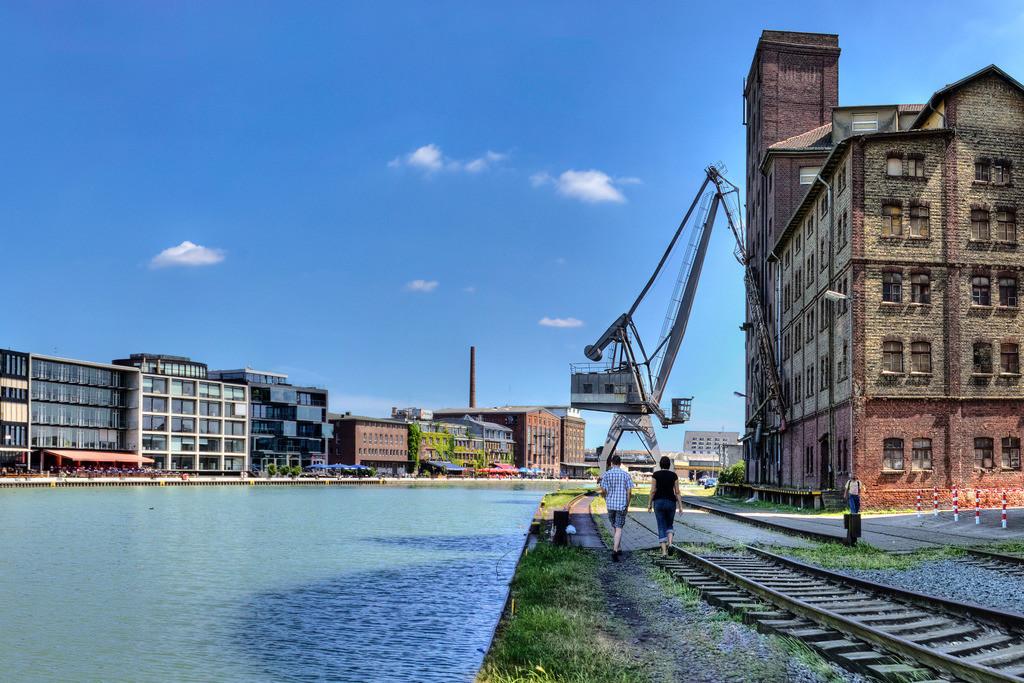 Alter Flechtheimspeicher am Münsteraner Hafen im Sommer | Im Hafen von Münster liegt der alte Flechtheimspeicher gegenüber dem Kreativkai - davor der historische Ladekran.