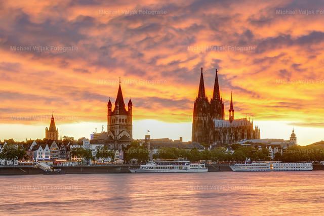 Sonnenuntergang in Köln   Es war ein unglaublich intensiver Sonnenuntergang in Köln an diesem Tag im Juni.