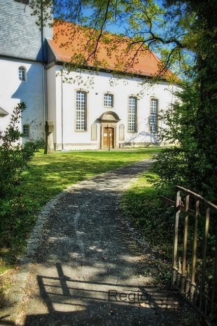 Weg des Glaubens | Dieser romantische Weg führt direkt zur Nicolai-Kirche in Sibesse.