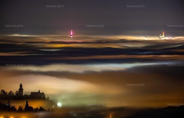 Nebel über Frankfurt | 12.11.2020, Königstein (Hessen): Die Frankfurter Skyline ragt am späten Abend kurz vor Mitternacht von der Burgruine Falkenstein aus gesehen aus einem Nebelmeer.