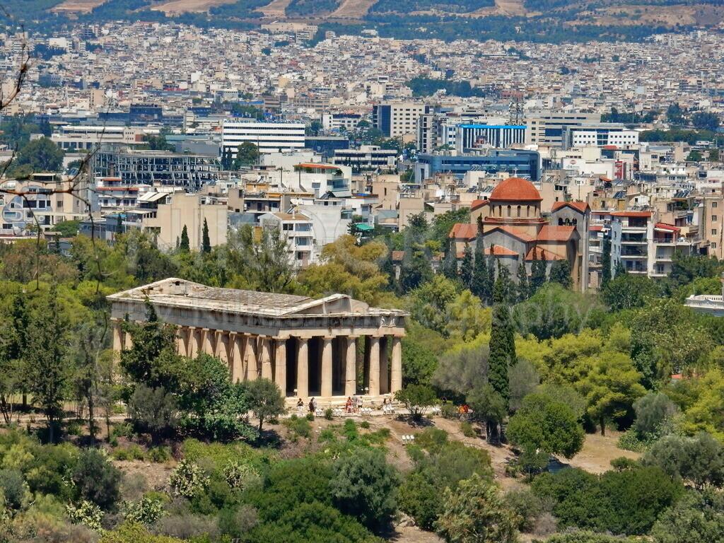 Tempel des Hephaistos   Das nordwestliche Stadtgebiet von Athen. Im Vordergrund ist der  Tempel des Hephaistos zu sehen, dahinter die Kirche Agia Triada.