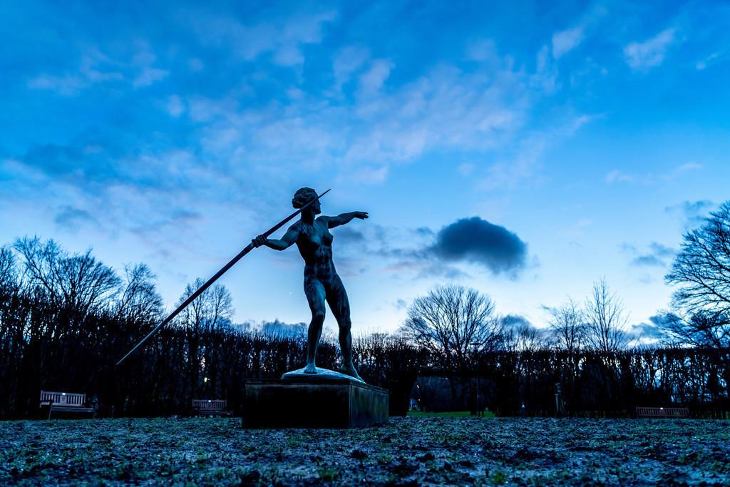 Grugapark | Der Grugapark, Abends, im Winter,  Kunstwerk Die Speerwerferin, im Lindenrund, Essen,