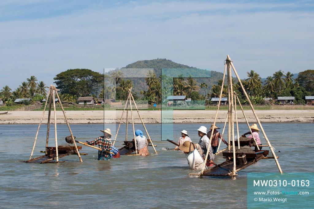 MW0310-0163 | Myanmar | Kachin State | Reportage: Schiffsreise von Bhamo nach Mandalay auf dem Ayeyarwady | Goldwäscherinnen im Ayeyarwady  ** Feindaten bitte anfragen bei Mario Weigt Photography, info@asia-stories.com **