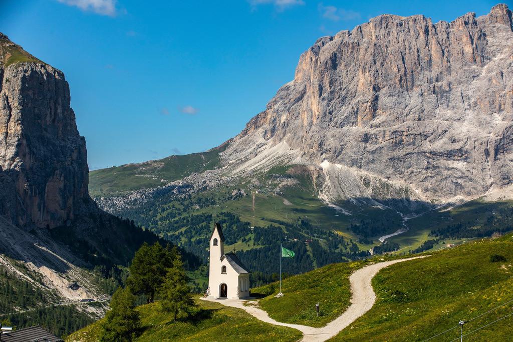 JT-180709-014   Südtirol, Trentino, Italien, Gebirgspanorama am Grödner Joch, Gebirgspass in den Südtiroler Dolomiten, Cappella di San Maurizio,