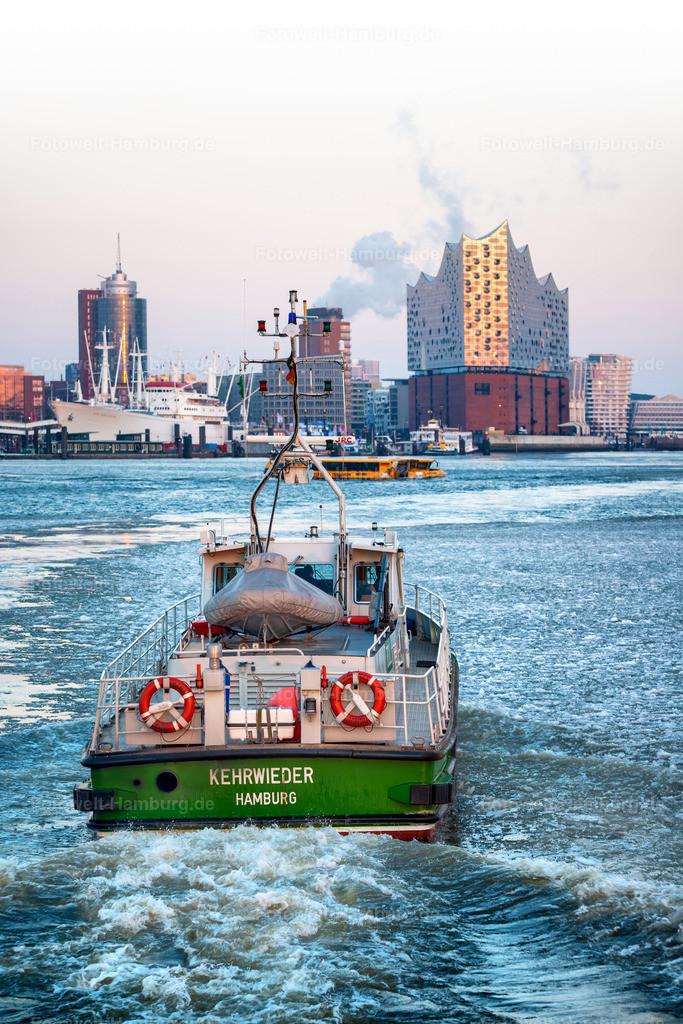 10210102 - Kehrwieder | Winterliche Aufnahme aus dem Hamburger Hafen mit dem Zollboot Kehrwieder und der Skyline der Hafencity im Hintergrund.