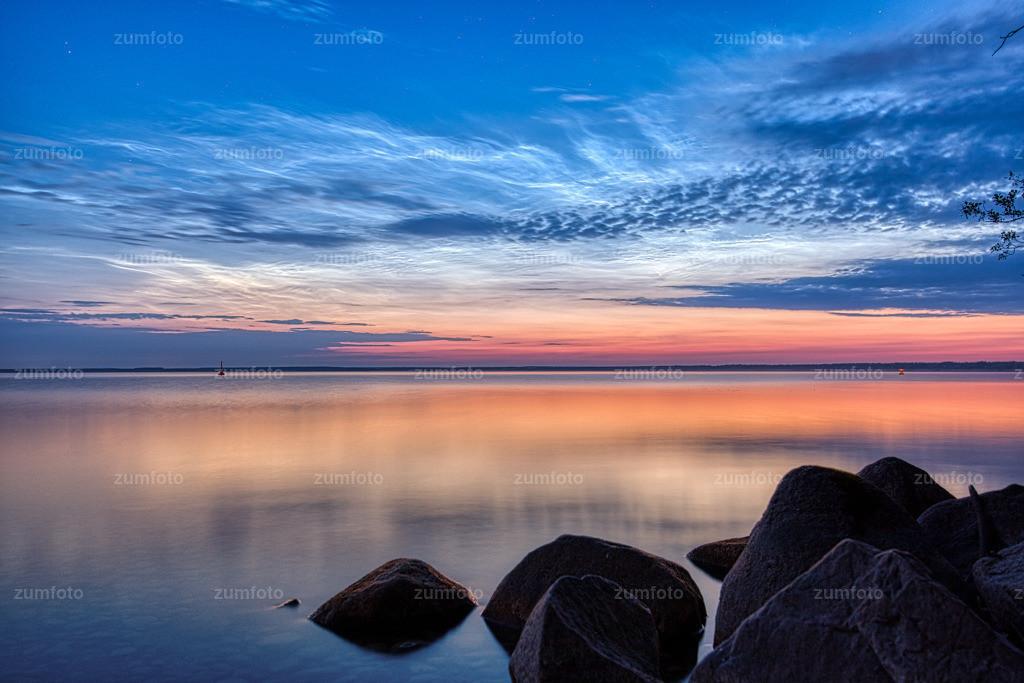 190617_0249-4850   Ein schönes Hallo an Alle die mir folgen. Dieses Jahr ist es wieder so weit nachtleuchtende Wolken zu fotografieren. Die besten Monate sind Juni und Juli. Es sind Wolken aus Eiskristallen die in einer Höhe ab 80 km zu shen sind. Sie haben meistens einen silbrigen schein und sehen aus wie Wellen. So weit ich mich erinnere muss die Sonne zwischen 6 bis 16 Grad unter dem Horizont stehen. Also falls ihr mal Nachts leuchtende Wolken richtung Norden seht, habt ihr nichts mit den Augen sondern es könnten nachtleuchtende Wolken sein.