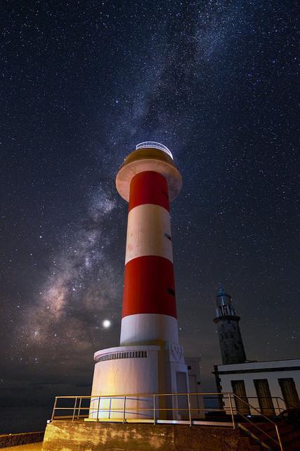 Stargazer | Als beobachte er das fasziniernde Leuchten der Sterne hoch über ihm. Dabei war er früher selbst Leuchtfeuer für die Seeleute vor den Kanarischen Inseln: der Faro de Fuencaliente an der Südspitze La Palmas.