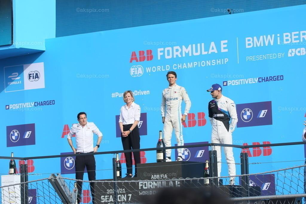 Nyck de Vries gewinnt die Formel-E-Weltmeisterschaft 2020/21 in  | Der Niederländer Nyck de Vries vom Team Mercedes-Benz EQ  gewinnt die Formel-E-Weltmeisterschaft 2020/21 in Berlin. Der BMW i Berlin E-Prix presented by CBMM Niobium ist das Finale von Saison 7 der ABB FIA Formula E World Championship. Das Bild zeigt Nyck de Vries auf dem Podium.  Der BMW i Berlin E-Prix presented by CBMM Niobium ist das Finale von Saison 7 der ABB FIA Formula E World Championship. Die E Weltmeisterschaft ist zurück in Berlin mit einem Doppelrennen zum Finale der Saison 2020/21.