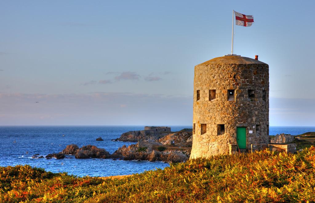 Wachtuerme   Wach- und Wehrtuerme aus dem 17.Jahrhundert, s.g. Martello Tuerme, findet man entlang der Kuestenlinie der Kanalinsel, hier Tower No. 5 im Nordosten der Insel, an der Pembroke Bay, Guernsey,