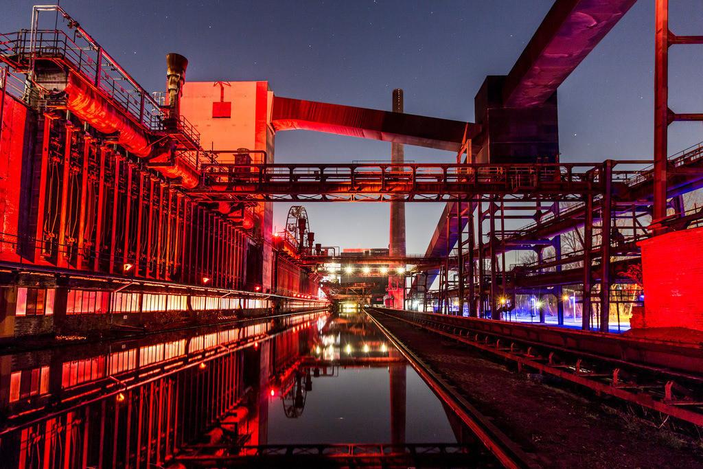 JT-160229-019   Kokerei Zollverein, Welterbe Zeche Zollverein, beleuchtet Kokerei, Spiegelung im dem mit Wasser gefüllten Druckmaschinengleis, Essen, Deutschland,