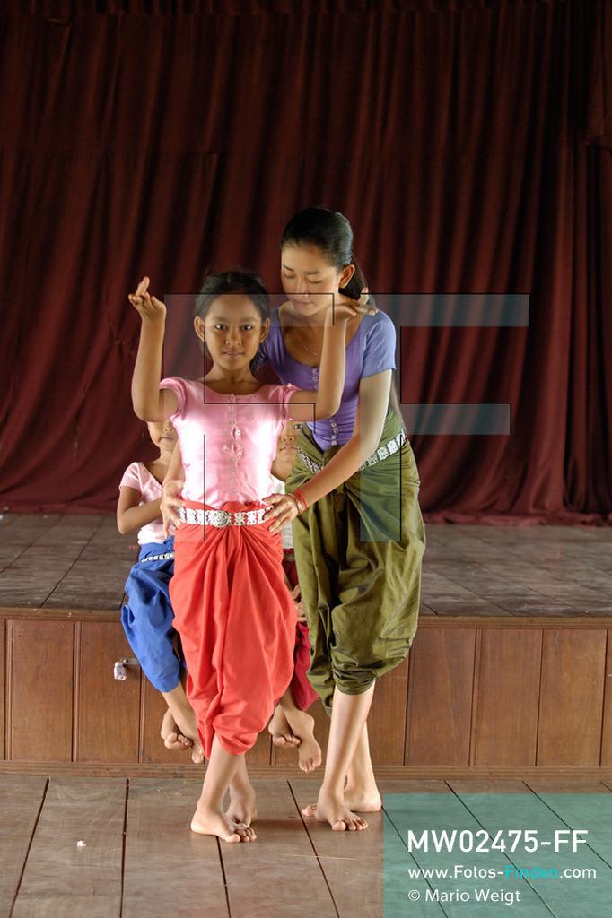 MW02475-FF   Kambodscha   Phnom Penh   Reportage: Apsara-Tanz   Schülerin lernt in einer Tanzschule den Apsara-Tanz. Ihre Tanzpose korrigiert die Tanzlehrerin. Sechs Jahre dauert es mindestens, bis der klassische Apsara-Tanz perfekt beherrscht wird. Kambodschas wichtigstes Kulturgut ist der Apsara-Tanz. Im 12. Jahrhundert gerieten schon die Gottkönige beim Tanz der Himmelsnymphen ins Schwärmen. In zahlreichen Steinreliefs wurden die Apsara-Tänzerinnen in der Tempelanlage Angkor Wat verewigt.   ** Feindaten bitte anfragen bei Mario Weigt Photography, info@asia-stories.com **