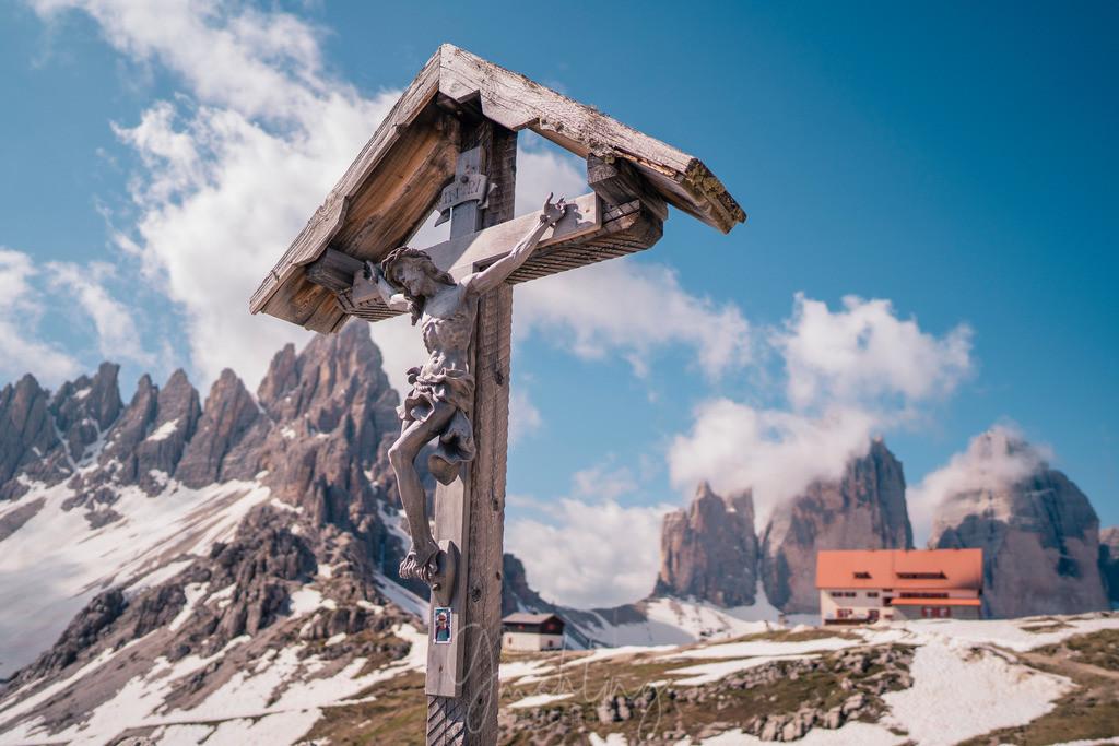 Holzkreuz an den Drei Zinnen | Holzkreuz an den Drei Zinnen mit der Drei Zinnenhütte