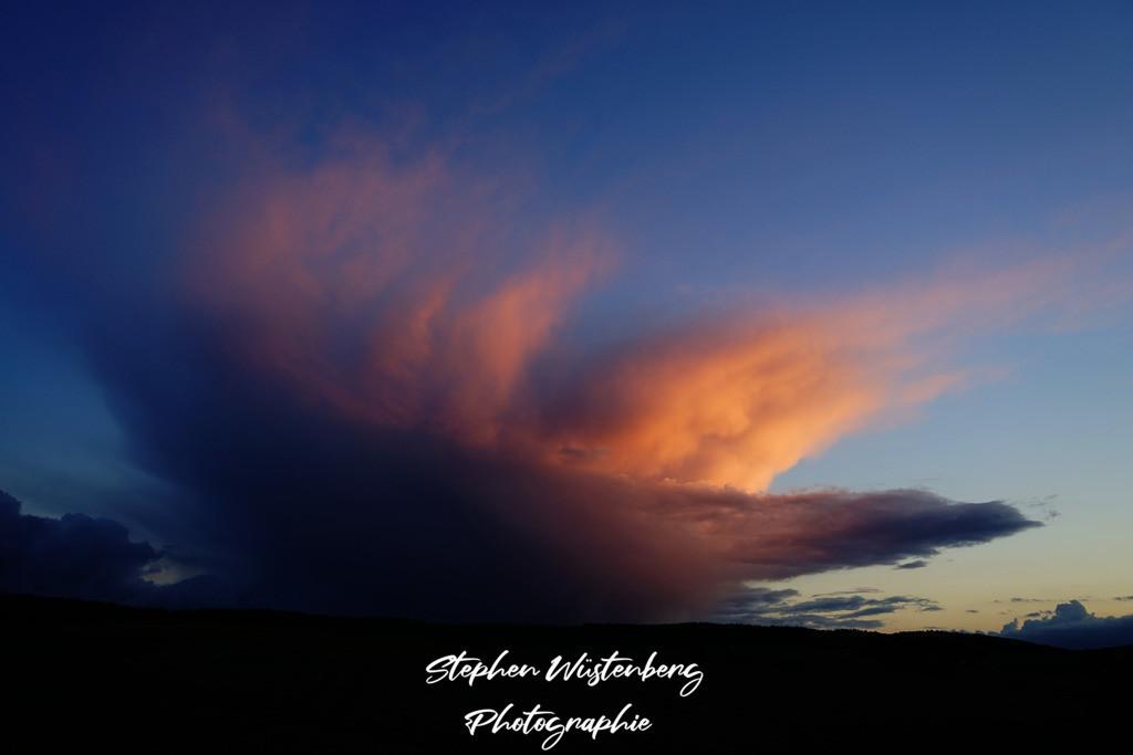 Sunset Megawolke Lohnsfeld  | Die untergehende Sonne illuminiert eine geschwungene Gewitterwolke bei Lohnsfeld
