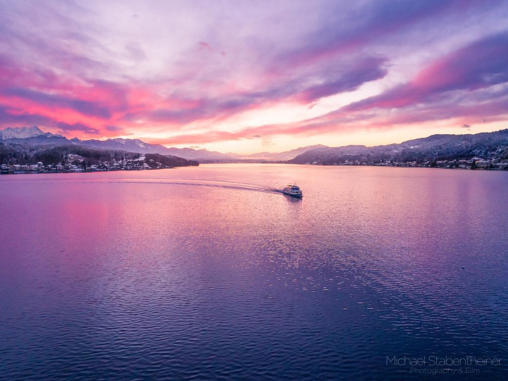 Sonnenuntergang am Wörthersee   Luftaufnahme vom Wörthersee und dem Adventschiff nähe Pörtschach