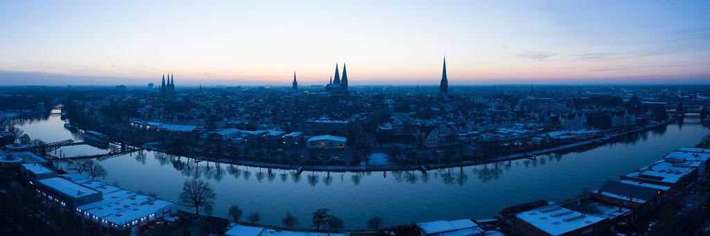 Blue Skyline - Hansestadt Lübeck in der blauen Stunde 3:1 | Der Sonnenuntergang taucht die Lübecker Altstadt immer wieder in verschiedene Gewänder. Je nach Tageszeit und Wetterlage entstehen verschiedene Lichtstimmungen.   Diesmal konnte ich die Skyline der Lübecker Altstadt in der blauen Stunde einfangen.  Dieses wunderschöne Bild mit einer kühlen Farbgebung kann der besondere Hingucker an der Wand sein.