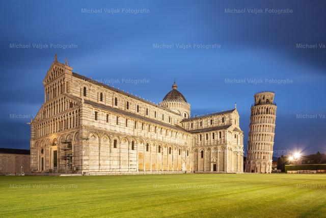 3 Minuten Pisa   Langzeitbelichtung am Abend mit dem beleuchteten Dom zu Pisa und dem Schiefen Turm.
