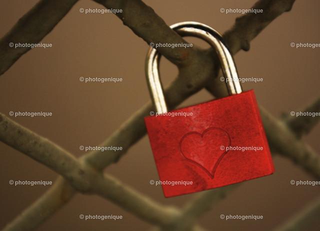 Liebesschloss rot | rotes Vorhängeschloss an Gitter mit Herz