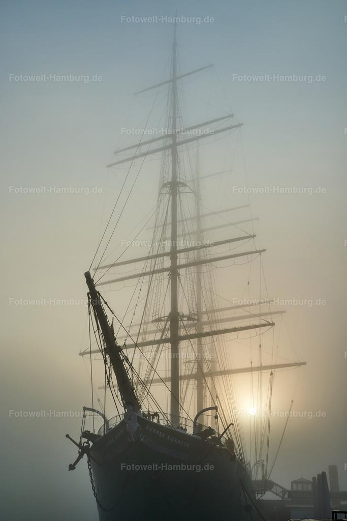 10200117 - Rickmer Rickmers im Nebel | Sonnenaufgang hinter der Rickmer Rickmers im Nebel.