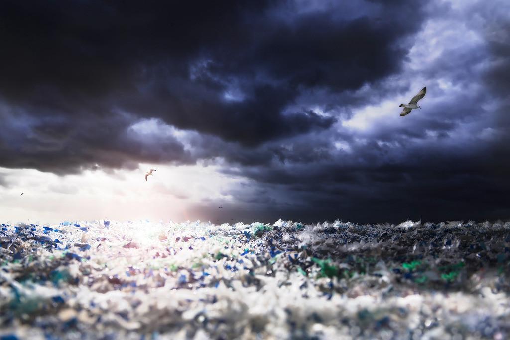 save our seas | dramatische Meereslandschaft, Plastikmeer, symbolisiert die Verschmutzung der Weltmeere mit Plastik