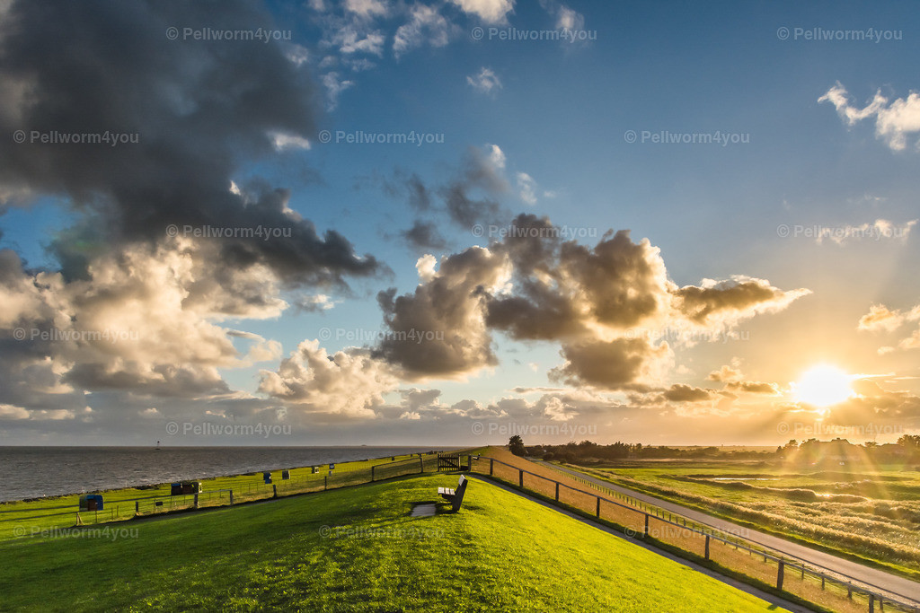 Auf dem Deich - Wolken, Sonne und eine grandiose Aussicht