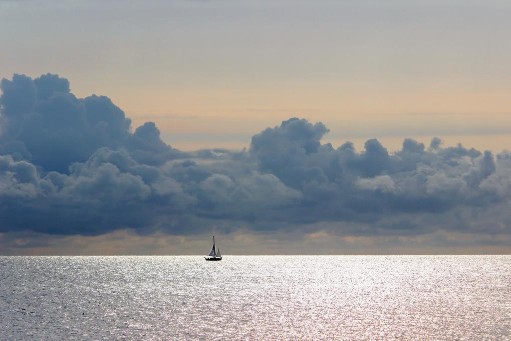 Abendrot an der Ostsee | Segelboot vor Damp