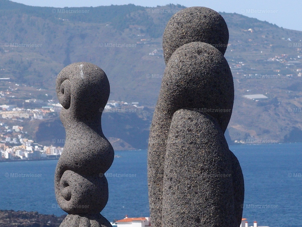 P8293799 - Kopie | Moderne Guanchen Skulpturen  mit Blickrichtung auf Santa Cruz de La Palma
