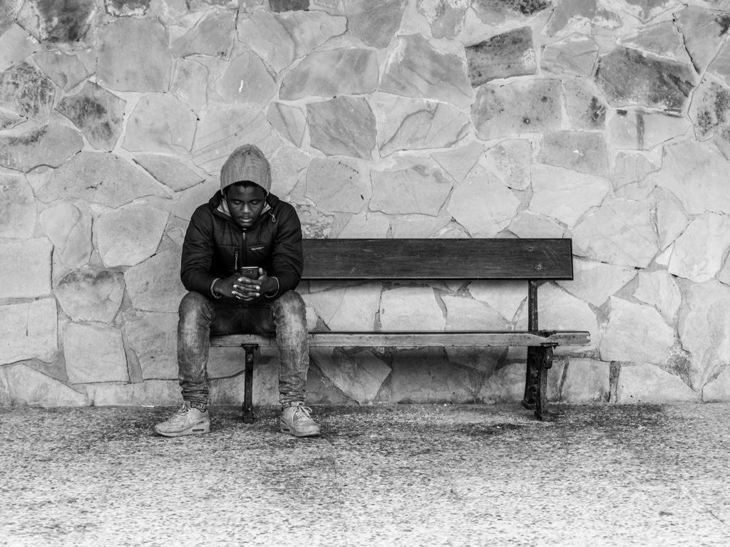 Homesick | Mann kontaktiert Familie. Zarautz, Spanien