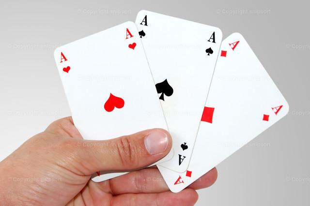 Drei Asse | Eine männliche Hand mit drei Assen