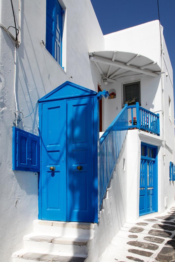 JT-110809-078 |  Altstadt Gassen von Mykonos Stadt. Weisse Haeuser, blaue Tueren und Fenster, Fugen im Steinboden bemalt. Mykonos, Griechenland, Europa.
